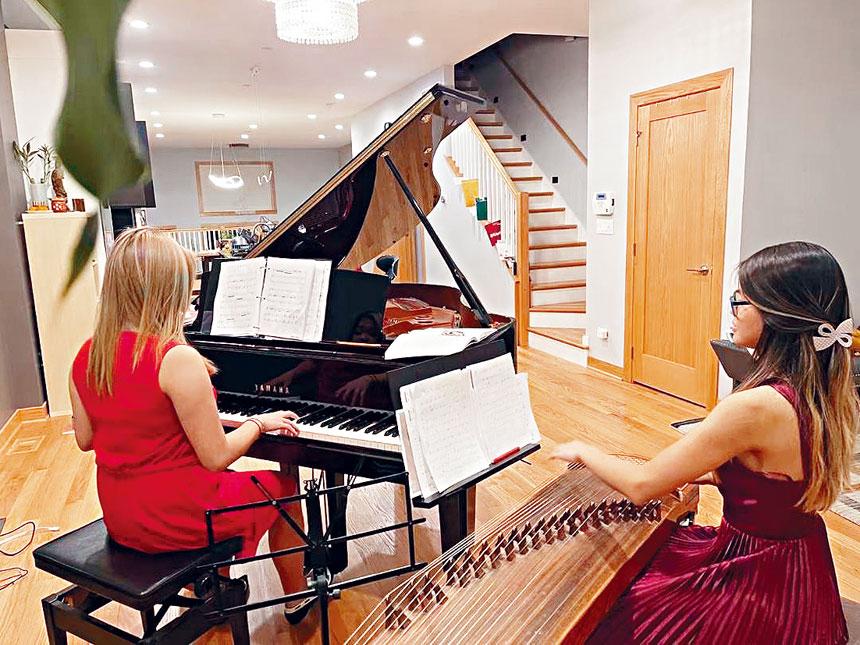 一對姐妹花以中西樂器合奏《漁舟唱晚》,別有一番不同的韻味。  黃河藝術團提供