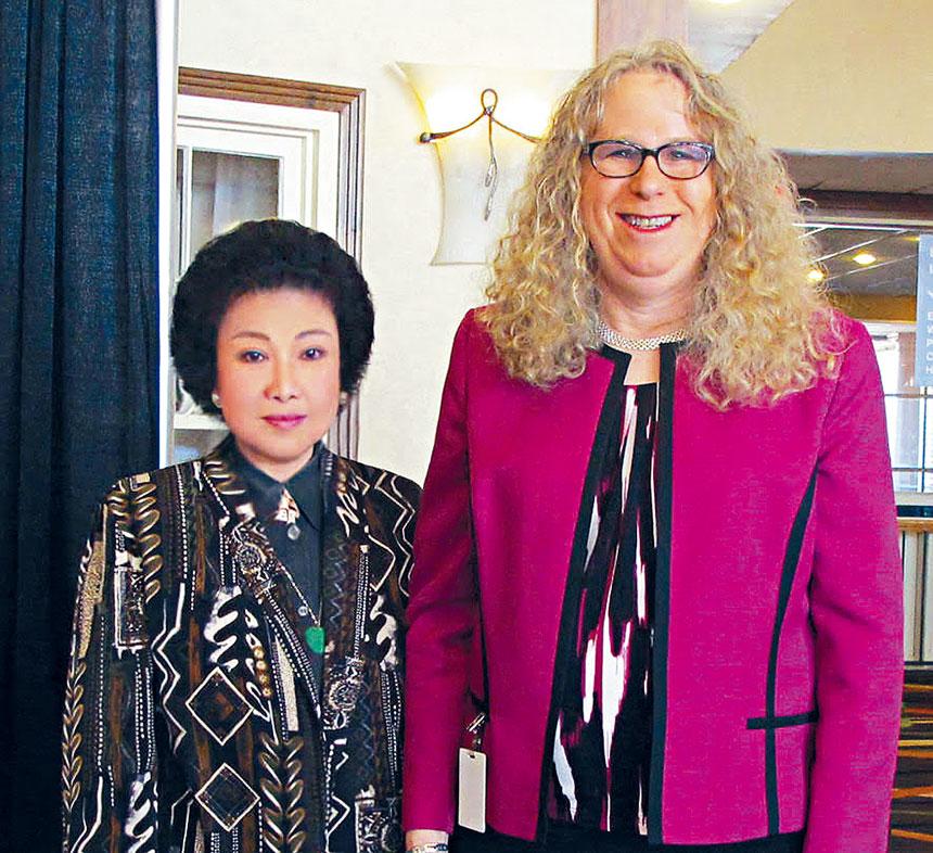 蘇麗凰醫師、博士(Dr.Grace Shu)與瑞秋·萊文合影 。