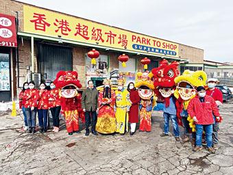 香港百佳超市集團賀新歲。東主陳健明伉儷(左8、9)祝福各界新春大吉、身體健康、財源滾滾。