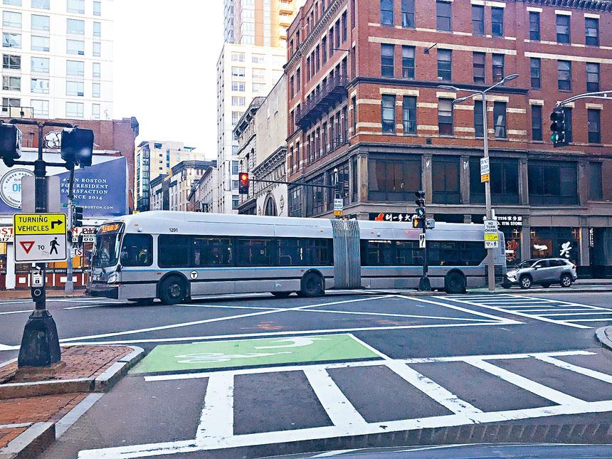 行駛在波士頓唐人街的公共巴士。溫友平攝