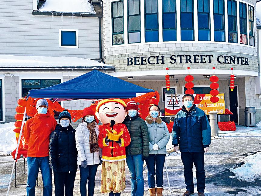 貝爾蒙特鎮華人協會志願者現場派發新年春節禮包。主辦方供圖
