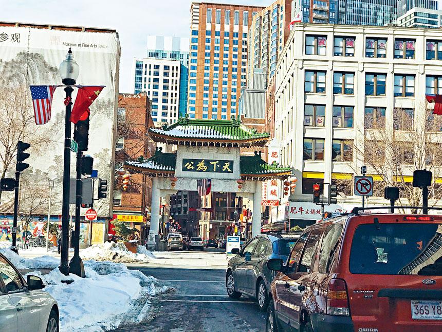 波士頓首屆中國農曆新年遊行慶祝活動將在唐人街牌坊大門前開始。溫友平攝影