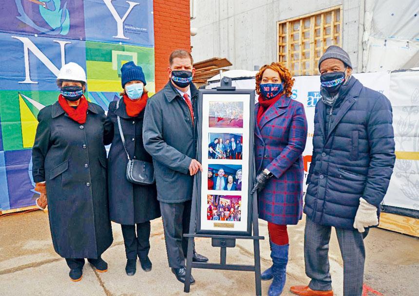 波士頓市長馬丁華殊與相關人員出席BAA鋼架結構落成儀式。波士頓市政府供圖