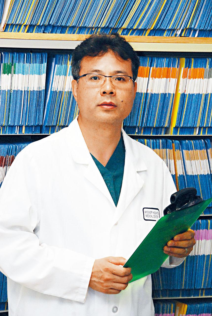 梁劍清醫學博士是華埠著名腳科專家,專長治療各類腳疾。其設在中央街金輪中心的診所,提供度身訂製鞋墊的專業醫療服務,協助患者擺脫腳疾痛苦,提升健康和生活品質。