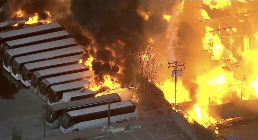 康普頓工業區爆發火警,數棟建築物和十數輛校車付之一炬。CBSLA