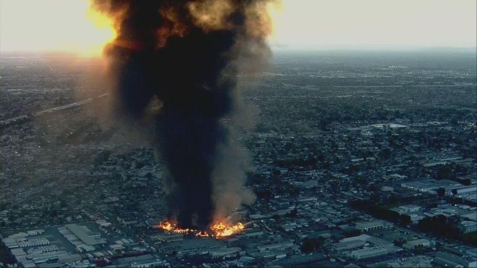 遠從40哩的馬里布地區就可看到火場怵目驚心的滾滾濃煙。Fox11