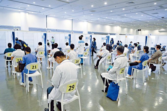 科興百萬劑疫苗抵港,優先接種組別人士率先到社區疫苗接種中心打針。