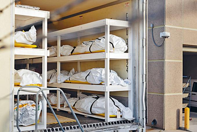 德州一架冷凍貨車擺放新冠疫情死者的遺體。
