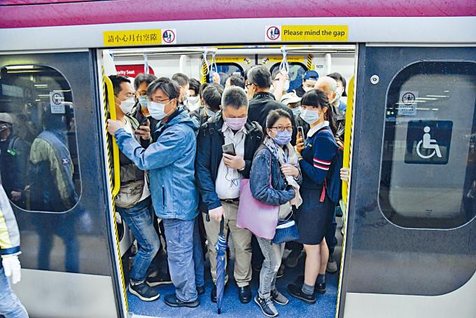 港鐵東鐵綫九卡及十二卡車廂混合使用,大部分乘客能第一時間上車。