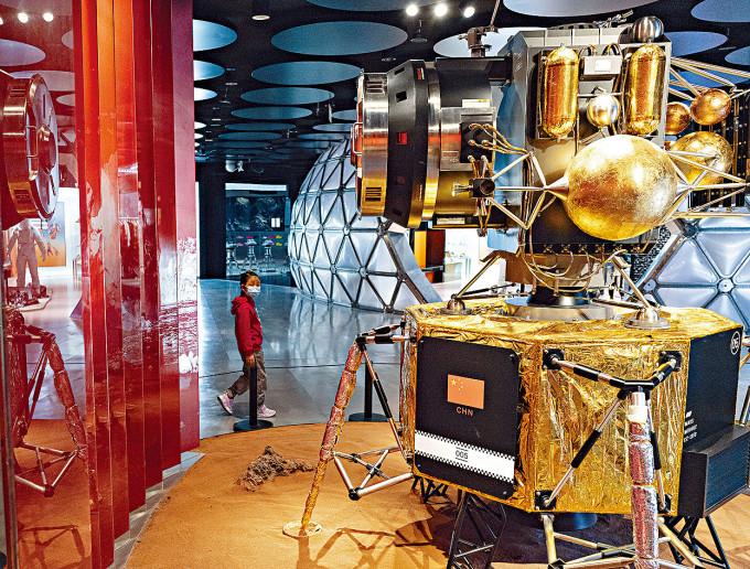 北京一商場陳列了火星探測器模型。