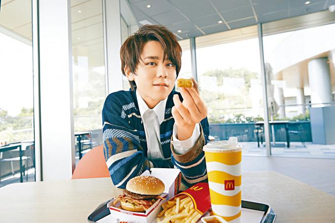 姜B自爆曾在該連鎖快餐店做兼職,有許多「少年回憶」。