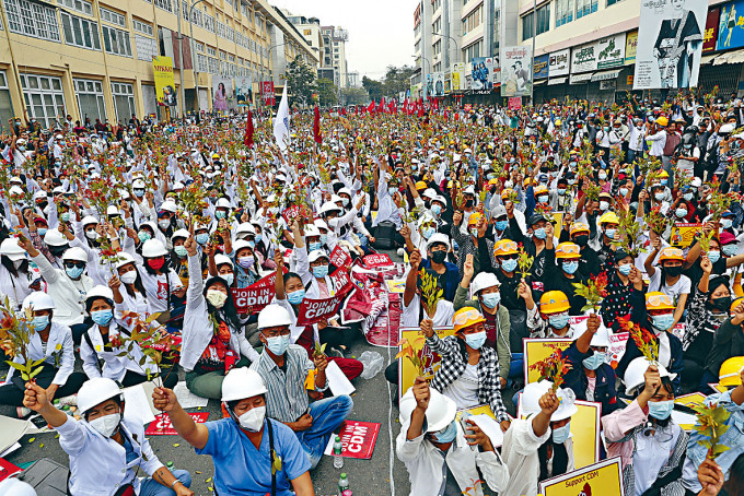 醫學院學生周日在曼德勒市集會抗議。