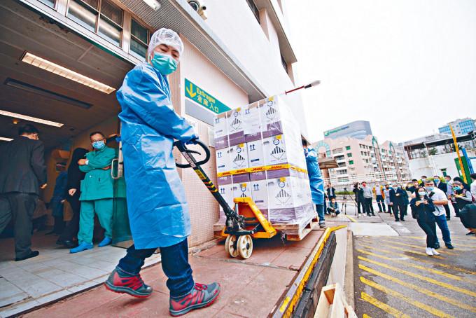約十萬劑BioNTech疫苗昨午亦運抵澳門,本周三起可供澳門市民接種。