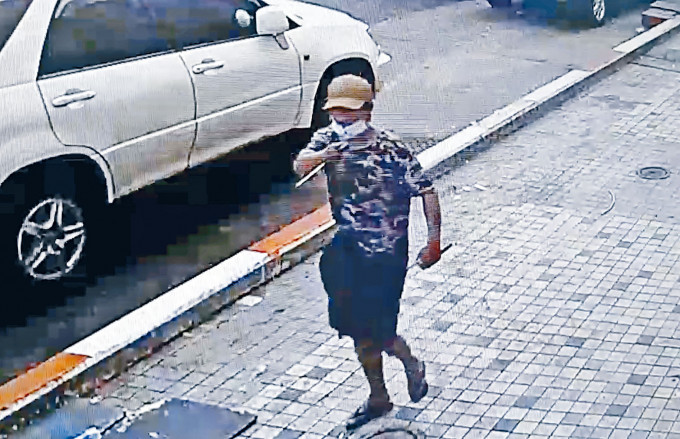 男子在仰光街上持利刃準備襲擊。