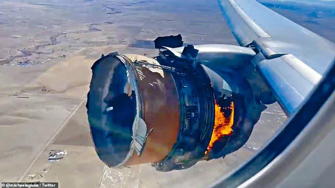 聯合航空肇事波音777客機上的乘客,上周六拍得機身右側引擎爆炸起火。