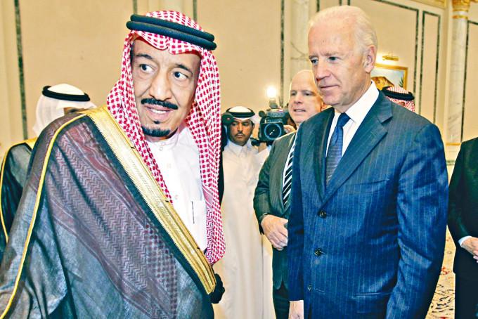 拜登與沙特國王薩勒曼攝於二○一一年。