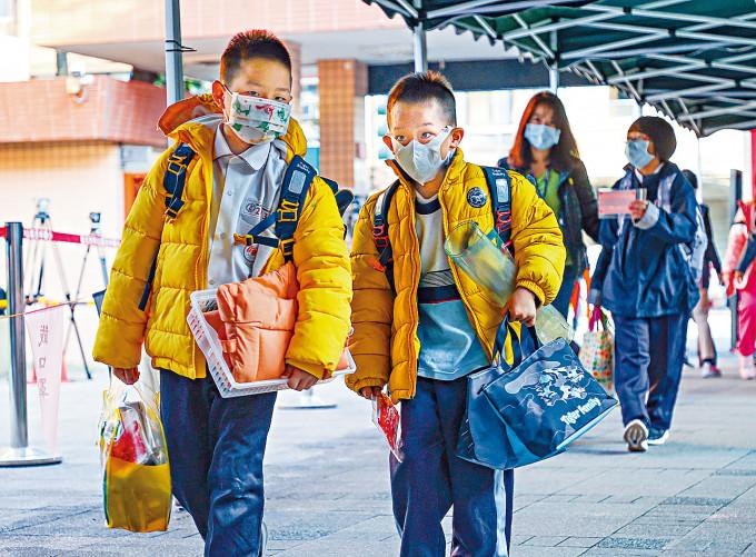台灣的中小學生戴上口罩上學。