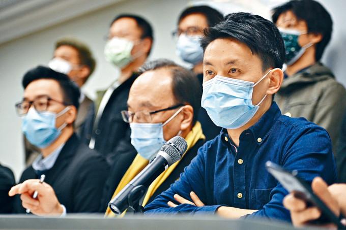 民主黨主席羅健熙(右)強調,該黨會維持既有立場及原則。