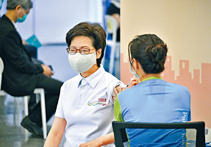 特首林鄭月娥率先接種全港第一針疫苗。