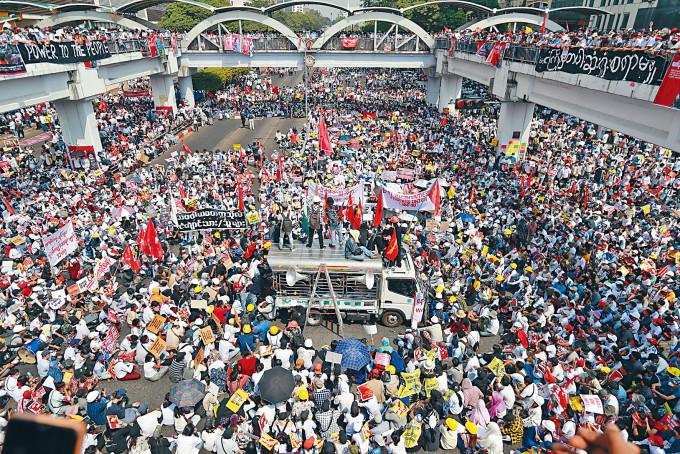 大批示威者周一在仰光市中心集會,抗議軍方發動政變和血腥鎮壓。
