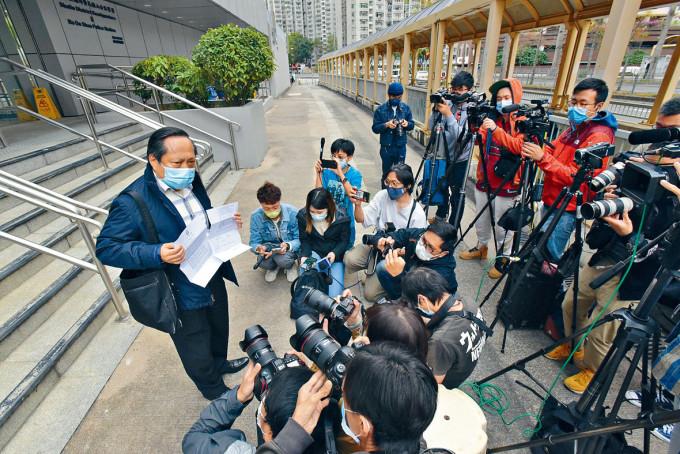 何俊仁在警署門外,向傳媒透露控罪書內容。