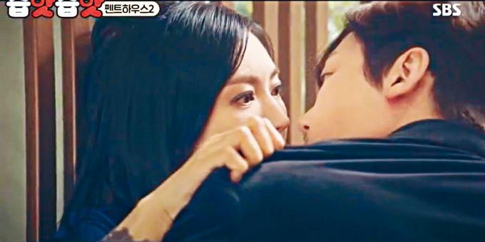 金素妍在劇中被前夫尹鐘焄闖入房間強吻。