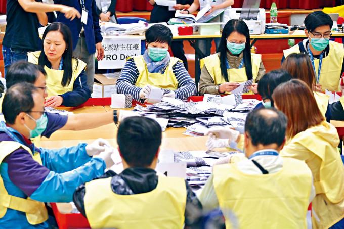 國務院港澳辦主任夏寶龍表示香港需完善選舉制度。