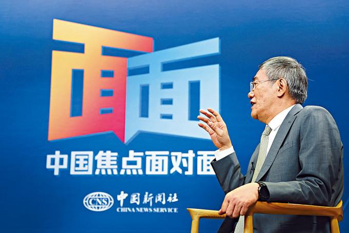 全國經濟委員會副主任楊偉民接受中新社採訪。
