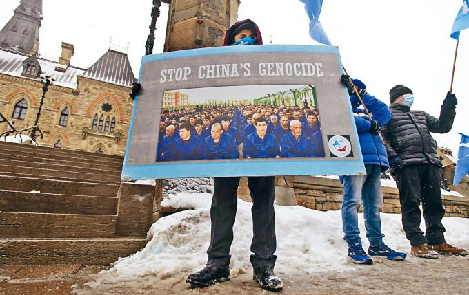 加拿大國會前有抗議者聲稱中國對新疆維族「種族滅絕」。