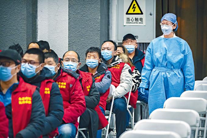 北京等候接種新冠疫苗的市民。