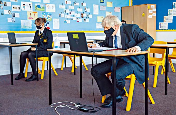約翰遜周二到訪倫敦一所學校。