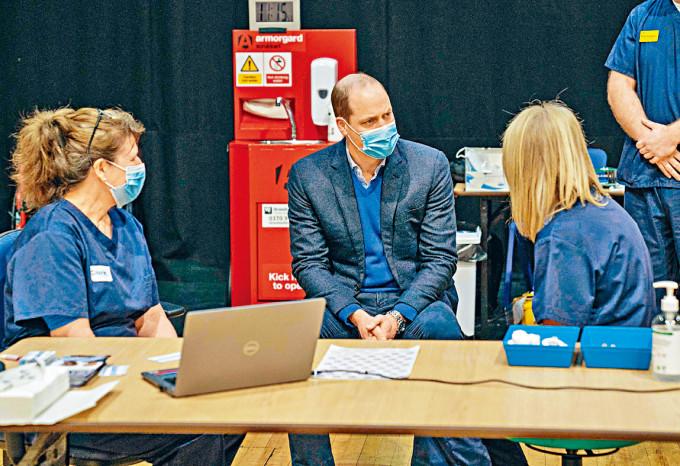 威廉王子周一探訪東部一個新冠疫苗接種中心。