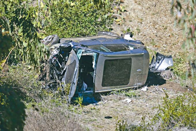 活士的座駕失控滑出路面,在路旁山坡底翻側。
