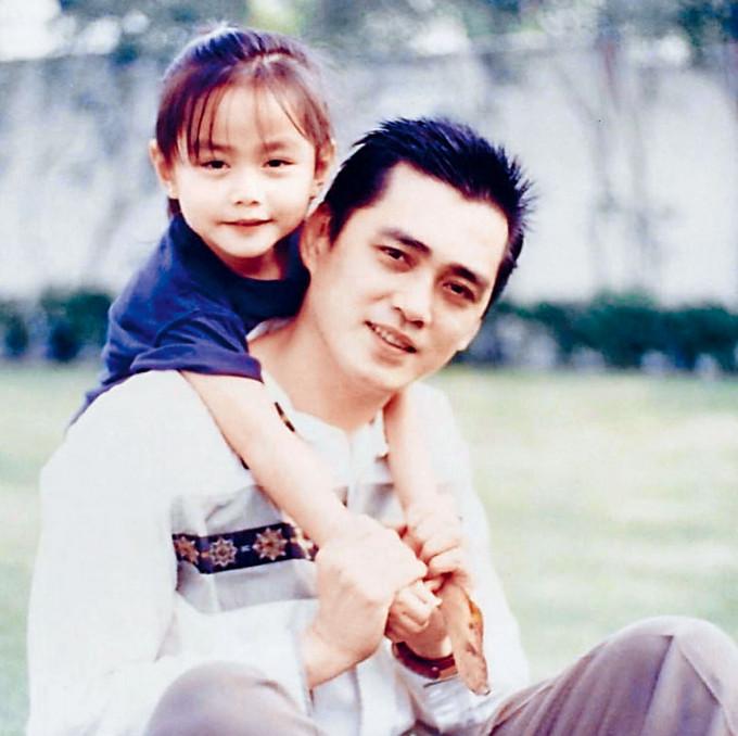 靚湯突然晒出童年與爸爸的合照。