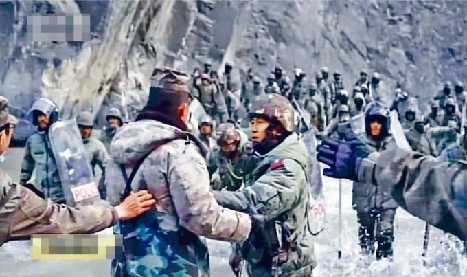 中國近日公布視頻,顯示印軍渡河攻擊中國軍人。