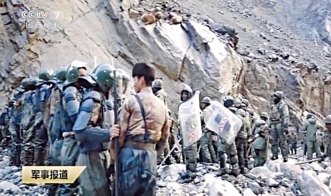 中國軍人(左)阻擋十數倍的印軍(右),但中國軍人的裝備明顯較好。