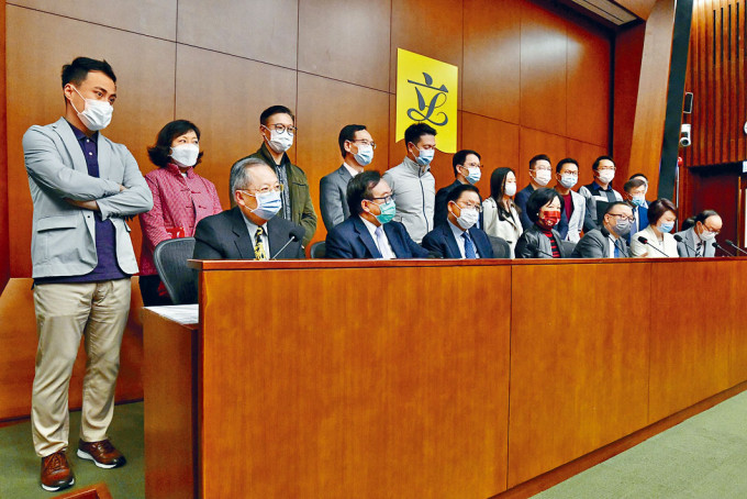 廖長江(前排左五)表示,相信選舉制度會有改變。