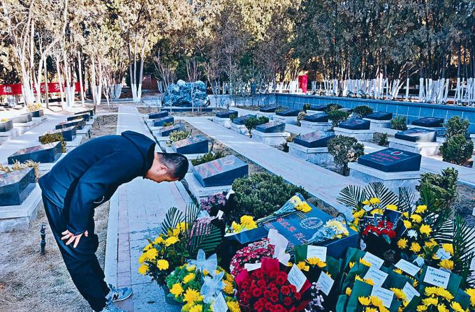 民眾在蘭州烈士陵園祭奠「戍邊英雄」陳紅軍。