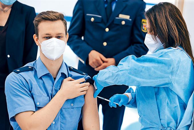 德國警察周四接種牛津疫苗。