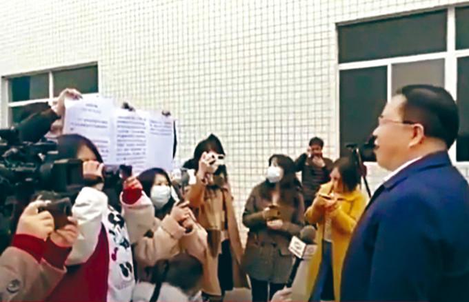四川官員受訪時,手下舉着稿子方便領導念。