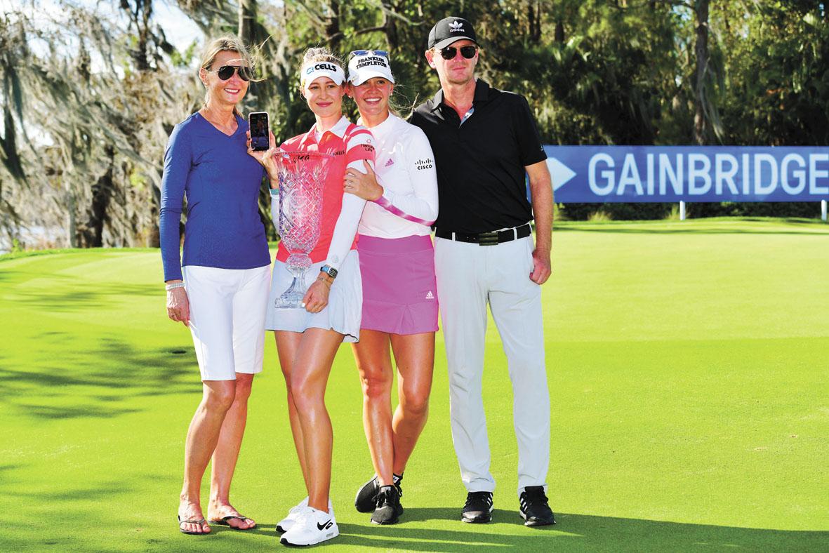內莉.科達攜家人和她奪得的賽事冠軍獎盃一起合影。法新社