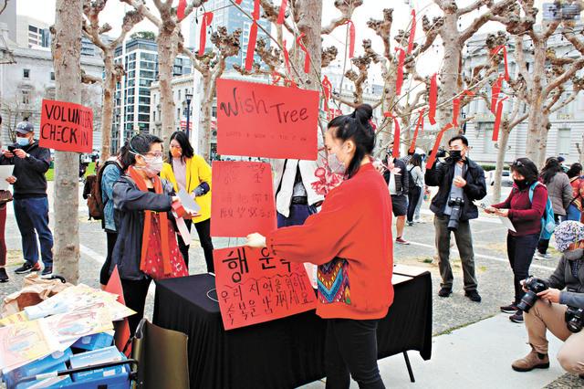 活動方在現場佈置許願樹,讓參與者寫下新年願望。記者張曼琳攝