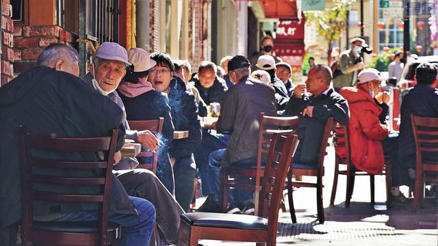 疫情趨緩,三藩市華埠街頭共享空間座無虛席。記者黃偉江攝