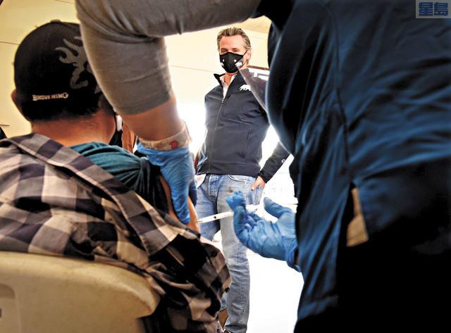 州長紐森周五造訪佛斯盧一個疫苗接種診所。他表示加州預期三周內將可收到超過110萬劑強生疫苗,而且下周就會開始施打。   美聯社