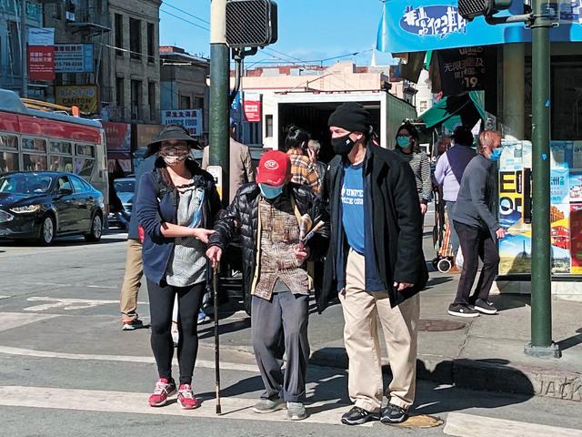 協助不良於行的長者過馬路,也是培訓課程之一。維和團提供