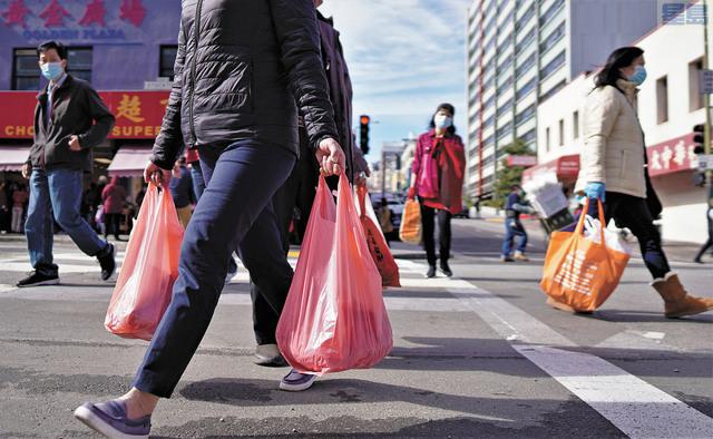華埠街頭,多了購物者身影。記者黃偉江攝