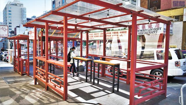 修繕一新的華埠街頭共享空間,準備迎接經濟重啟。記者黃偉江攝