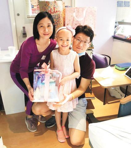 楊圓圓(中)與父母在醫院過生日時的合照。受訪者提供