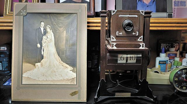 胡志強說,這幅黑白照片是意大利攝影師Sandino遺留下來的作品。記者黃偉江攝