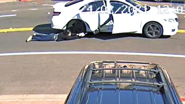 女事主緊抓手袋,一度被汽車拖行。資料圖片